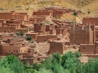 Village among Moroccan hills. Фото yoka66 - Depositphotos
