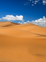 Марокко. Sand dunes and cumulus clouds over them, Erg Chebbi, Morocco. Фото  yoka66 - Depositphotos