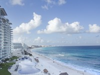 Мексика. Канкун. The bay of hotels stretching along the coast in Cancun, Mexico. Фото dubassy - Depositphotos