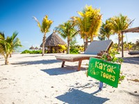 Мексика. Exotic hotel at tropical resort on sea shore with a bright sign. Фото d.travnikov - Depositphotos