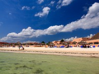 Мексика. Ривьера Майя. The beach front at a luxury beach resort in Cancun. Фото gary718 - Depositphotos