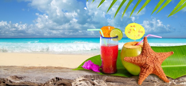 Мексика. Мексиканская кухня. Coconut cocktail starfish tropical beach. lunamarina - Depositphotos