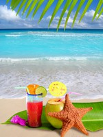 Мексика. Мексиканская кухня. Coconut red cocktail with starfish in tropical beach. lunamarina - Depositphotos
