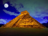 Мексика. Чичен-Ица. Kukulcan pyramid in Chichen Itza at full moon. Фото Mustang_79 - Depositphotos