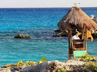 Мексика. Xcaret. Lifeguard hut on mexican coast. Фото AndyCandy - Depositphotos