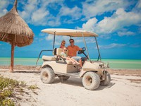 Мексика. Ривьера Майя. Dad and his two daughters driving golf cart on a tropical beach. Фото d.travnikov - Depositphotos