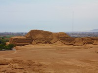 Huaca del Sol and archaeological excavations in the Moche valley in Peru. Фото Luigi Camassa - Depositphotos
