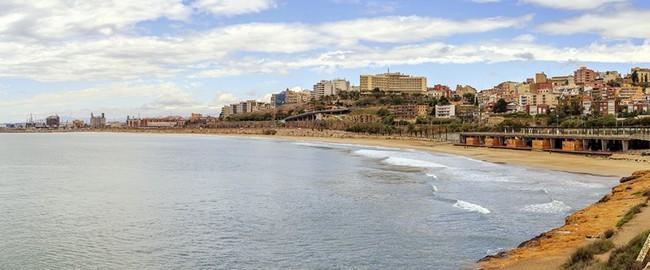 Испания. Коста Дорада. Panoramic view of Miracle Beach and the city of Tarragona, Spain. Фото KarSol - Depositphotos