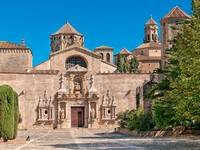Испания. Каталония. Main entrance, Monastery of Santa Maria de Poblet, Spain. Фото vitalytitov - Depositphotos