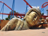 Испания. Каталония. Парк Авентура. Buddha statue in the Port Aventura. Фото Canarino - Depositphotos