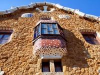 Испания. Барселона. Парк Гуэль (арх. А.Гауди). Fairy tale mosaic house. Фото TONO BALAGUER SL - Depositphotos