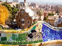 Испания. Барселона. Парк Гуэль (арх. А.Гауди). Barcelona park Guell fairy tale mosaic house. Фото lunamarina - Depositphotos