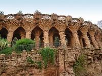 Испания. Барселона. Парк Гуэль (арх. А.Гауди). Arcade of stone columns. Фото tanjakrstevska - Depositphotos