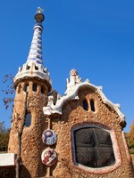 Испания. Барселона. Парк Гуэль (арх. А.Гауди). Gingerbread House of Gaudi. Фото lunamarina - Depositphotos