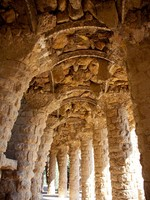 Испания. Барселона. Парк Гуэль (арх. А.Гауди). Stone columns. Фото TONO BALAGUER SL - Depositphotos