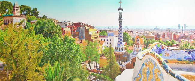 Испания. Барселона. Парк Гуэль. The Famous Summer Park Guell over bright blue sky in Barcelona. Фото Vladitto - Depositphotos