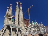 Испания. Барселона Собор Святого Семейства.Cranes Sagrada Familia cathedral in Barcelona. Фото Francois ENOT - Depositphotos