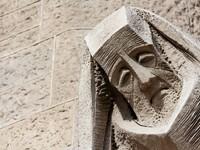 Sagrada Familia facade statue in Barcelona. Фото Daniele Cucchi - Depositphotos