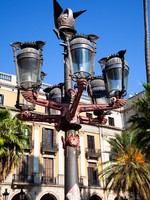 Испания. Барселона. Traditional Barcelona street light at Plaza Real, Barcelona. Фото master2 - Depositphotos