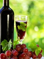 Испания. Виноградник. Grapes with a bottle of wine and glass. Фото Inacio Pires - Depositphotos