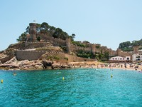 Испания. Коста Брава. Тосса-де-Мар. Tossa de Mar beach and fortress. Фото Nataliia Anisimova - Depositphotos