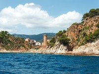 Испания. Коста Брава. Тосса-де-Мар. Tossa de Mar beach Catalonia. Фото Nanisimova_sell - Depositphotos