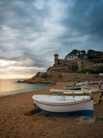 Испания. Коста Брава. Тосса-де-Мар. Fishing boats against Vila Vella fortress at Tossa de Mar. Фото nejron - Depositphotos