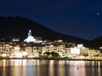 Испания. Коста Брава. Кадакес. Cadaques by night. Фото Pere Sanz - Depositphotos