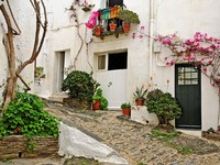 Испания. Коста Брава. Кадакес. A street of Cadaques, Spain. Фото nito103 - Depositphotos