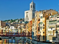 Испания. Каталония. Жирона. Girona - river Onyar view, Spain. Фото matthi - Depositphotos