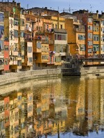 Испания. Каталония. Жирона. Girona houses reflected in the river. Фото Sonia Berdullas Gonzalez - Depositphotos