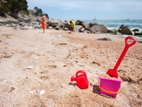 Испания. Каталония. Plastic toys at the Spanish Costa Brava beach. Фото Ivonne Wierink - Depositphotos