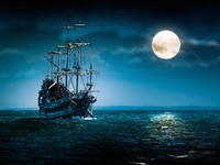 Ghost ship sailing and the moon. Фото plrang - Depositphotos