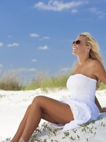 Beautiful Blond Woman in White Dress and Sunglasses At Beach. Фото Darren Baker - Depositphotos