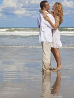 Man and Woman Couple Having In Romantic Embrace On Beach. Фото Darren Baker - Depositphotos