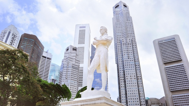Клуб путешествий Павла Аксенова. Сингапур.  Statue of Sir Tomas Stamford Raffles - Father of Singapore. Фото joyfull - Depositphotos