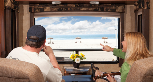 Couple Enjoy Beach View From RV. Фото Feverpitch - Depositphotos