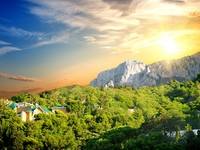 Крым. Sunset over the village in the mountains. Фото Givaga - Depositphotos