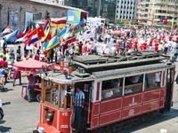 Parade of the world youth in Istiklal Road, Taksim, Istanbul, Turkey. Фото Engin Korkmaz - Depositphotos_6161141