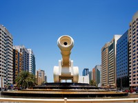 ОАЭ. Абу Даби. A cannon sculpture in Abu Dhabi UAE. Фото Sophie_James - Depositphotos