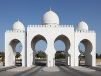 ОАЭ. Абу-Даби. Мечеть шейха Зайда. Gate to the Sheikh Zayed Mosque in Abu Dhabi. Фото Philip Lange - Depositphotos