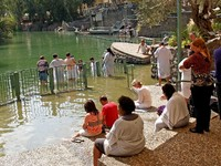 Israel Place for ablution in holy waters of the Jordan River - Yordanit. Фото vodolej Depositphotos