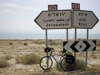 Израиль. Bicycle parked against the jerusalem and eilat road signs. Фото Paul Prescott - Depositphotos