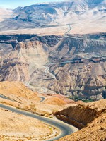 Иордания. Jordan. Curvy highway with mountain landscape in Jordan. Фото master2 - Depositphotos