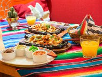 Мексика. Ривьера Майя - Маякоба. Banyan Tree Mayakoba. Mexican chicken fajitas with sauces. Фото Mustang_79 - Depositphotos